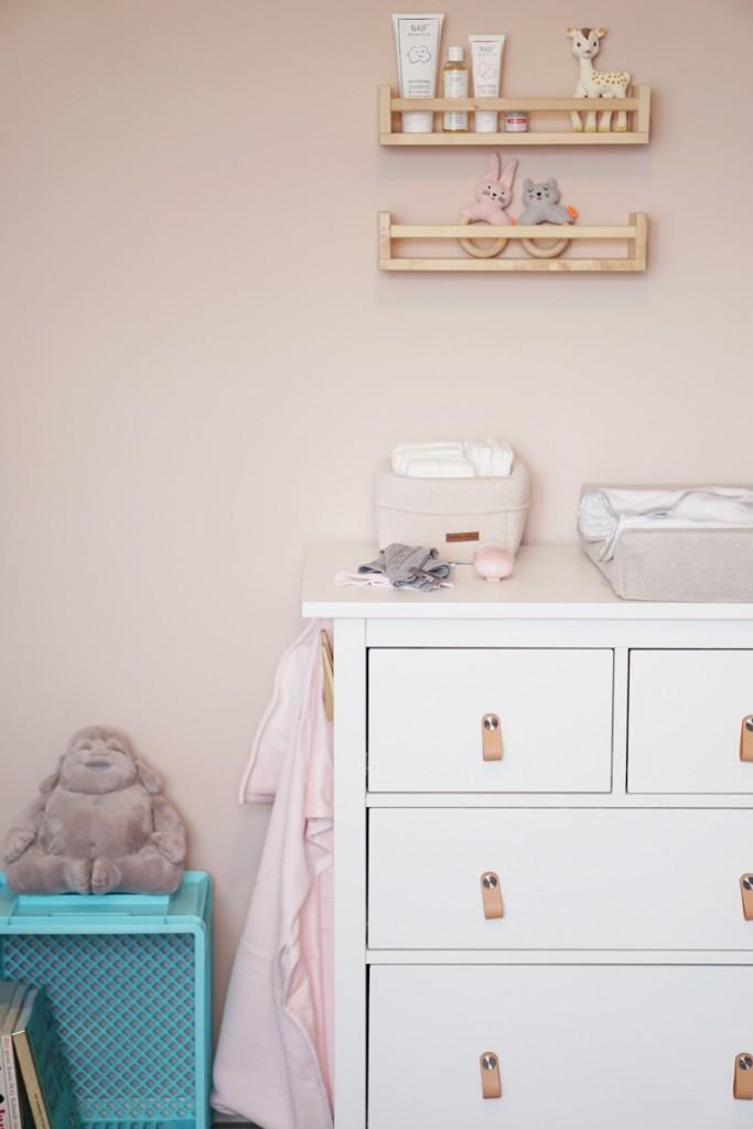 babykamer binnenkijken commode