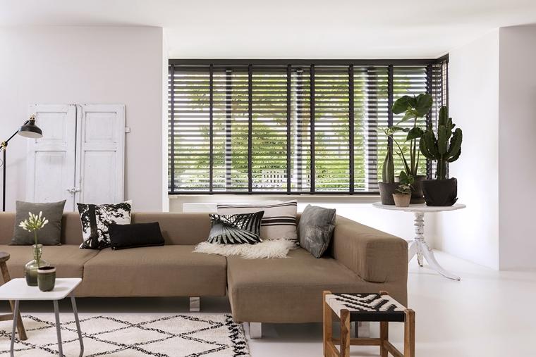 Raamdecoratie inspiratie 5 prachtige voorbeelden houten jaloezieen woonkamer - Interieur | Mooie raamdecoratie inspiratie