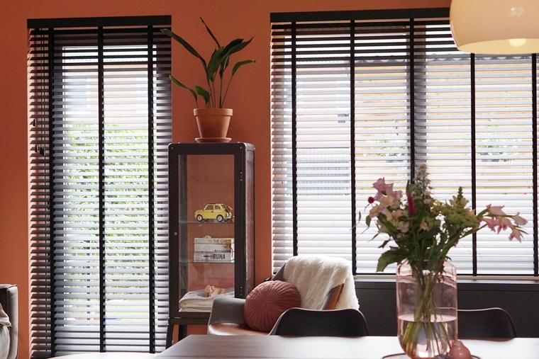 raamdecoratie bamboe houten jaloezieen 7 - Binnenkijken | Nieuwe raamdecoratie & meer kleur