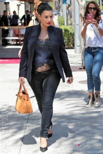 Kim-Kardashian-pregnant-outfit