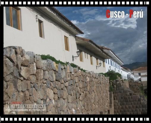 Vista de muro del Kusikancha (primer Plano) y calle Romeritos(segundo plano) desde la calle Maruri.