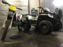 Honda ja polaris pesulla