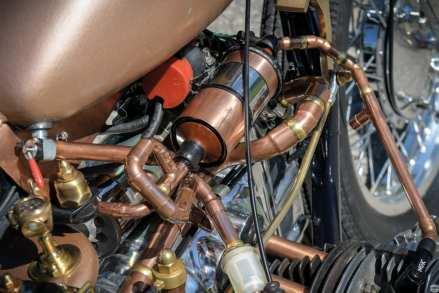Technisch ist der Motor unangetastet, doch beim ganzen Drumherum hat Manfred den Steampunk auf die Spitze getrieben und selbst die Zündkabel in Kupferrohre gepackt