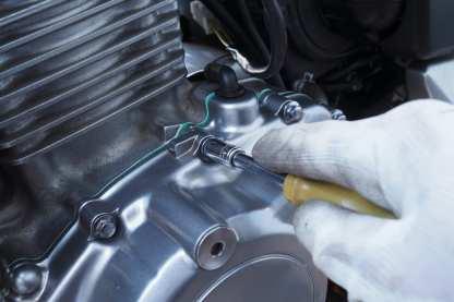 Auch beim Festziehen des Motordeckels wird zunächst alles gleichmäßig mit der Hand angezogen, bevor mit dem Drehmomentschlüssel in mehreren Schritten die Werksvorgaben erfüllt werden