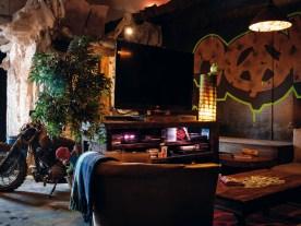 Wohnzimmerflair: Kunstpflanzen und Flachbildschirm