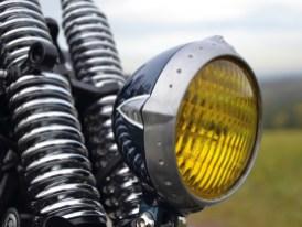 Zierbohrungen als Stilelement: Sowohl an der Lampenfassung wie auch ...