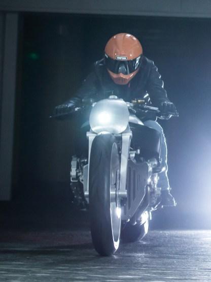Wir können nur erahnen, was die 160-PS-Sechszylinder mit den abgespeckten Motorrädern anstellen. Langweilig wird das nicht sein