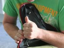 Bezugsfertig: Nach erneutem Kleberauftrag bringt der Polsterer den Lederbezug auf der Unterkonstruktion in Form
