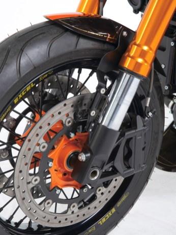 Vorne verzögert Brembo-Bremsen bestückt mit Doppelscheibe