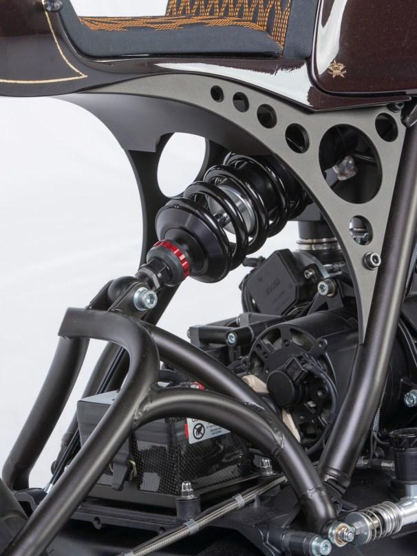 Das speziell angefertigte Wilbers-Federbein positionierte er zentral über dem Motor und konstruierte eine Cantilever-Anlenkung