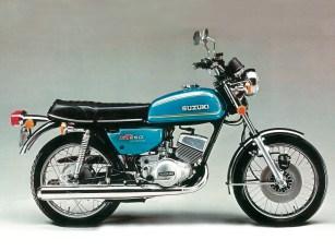 Die GT 250 löste 1973 die Suzuki T 250 ab. Unter wechselnden Modellbezeichnungen verkaufte Suzuki die GT 250 bis ins Jahr 1977