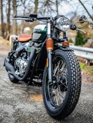 Flyerbar-Lenker, der Tacho eingelassen im Eigenbau-Gehäuse, Faltenbälge und Sitzbank in braunem Leder, Lack in British-Racing-Green – der Hanse-Qustom-Bobber ist einfach ein sehr stimmiges Motorrad