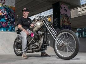 Nach zwölf motorradfreien Jahren hat es Jacco geschafft, er ist wieder auf der Straße. Sein Chopper ist echtes Understatement, vor allem mit dem Wissen, dass seine Lackierungen normalerweise zur europäischen High Class gehören