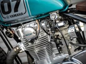 Der Motor war in einem bescheidenen Zustand. Zwar lief der Zweizylinder, litt aber unter einer massiven Inkontinenz und drückte das Öl aus so ziemlich jeder Dichtung