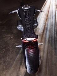 Eine Besonderheit ist der Antrieb, der in Anlehnung an den Boxer gestaltet wurde. Er soll während der Fahrt seine äußere Gestalt ändern und so die Aerodynamik und den Wetterschutz optimieren. Sicher ist nur: Es wird kein Verbrennungsmotor mehr sein