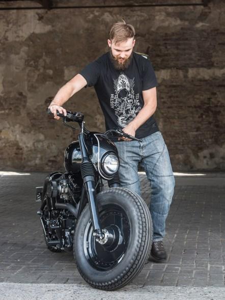 Der gelernte Designer Luuc ist seit ein paar Jahren in der Customszene aktiv und baut konsequent um. Sein moderner Bobber ist nicht nur vernünftig fahrbar, sondern sieht auch lässig aus. Lediglich die Verlegung der Kabel ist etwas lieblos, wie sich beim genauen Blick aufs Bike zeigt, das geht noch besser
