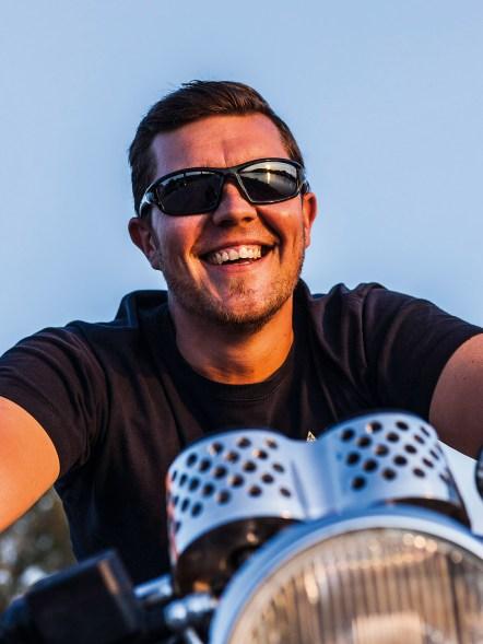 Gut lachen: Nach fast einem Jahr Umbauzeit darf Rainers Guzzi als amtlicher Cafe Racer bezeichnet werden