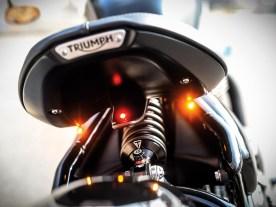 Modifizierter Sitz mit darunter angebrachter Brems-/Rücklicht-Blinker-Kombination