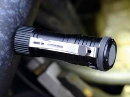 Mit dem Magneten im Fuß kann man die Lampe an jedem eisenhaltigen Untergrund festpappen