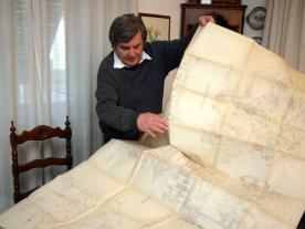 Giuseppe Todero, genannt Pino, breitet die Konstruktionspläne im Wohnzimmer aus. Der Sohn von Guzzi-Ingenieur Umberto Todero baute mit seinem Vater 1998 noch mal eine 500 V8 auf