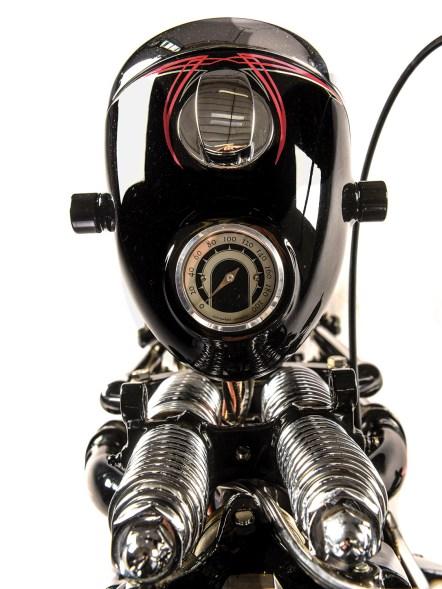 Das schlichte Motogadget-Instrument ist in den Lampentopf eingelassen