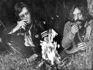 Blowing in the Wind: Wenn du dich an die 60er Jahre erinnern kannst, warst du nicht dabei! Die Szenen an den Lagerfeuern sowie zahlreiche andere Aufnahmen sollen tatsächlich unter Drogeneinfluss entstanden sein