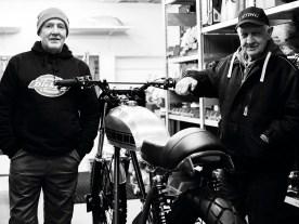 Sohn Jürgen (links, mit Mütze) entbrannte nicht nur für den Sport, sondern auch für die Technik. Norton Commando und Yamaha XS sind seine Spezialgebiete