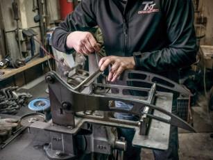 Zwei Fenderstruts sind in der Schweißlehre festgeschraubt und für den nächsten Arbeitsschritt vorbereitet worden