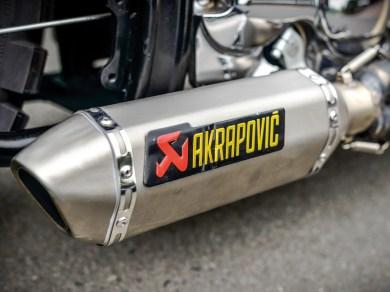 Von einer KTM stammt der Akrapovic-Endschalldämpfer, der trotzdem noch einen kernig-knackigen Sound liefert