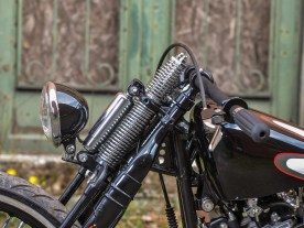 Die Front mit Springergabel und 21-Zoll-Rad ist leicht abgesenkt, auch die Lampe ist tief montiert, um den aggressiven Look zu unterstreichen