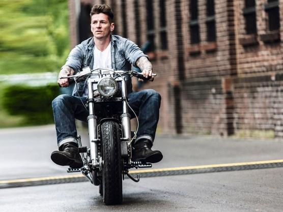 Das Fahrgefühl auf einer alten Harley ist besonders reizvoll, aber durchaus auch harte Arbeit. Klaus setzt immerhin auf moderne Bremsen anstatt der antiken Trommeln – ein Zugeständnis an die vielen Kilometer, die er fährt