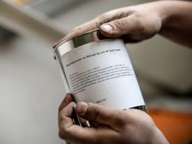 Das Granulat treibt Verunreinigungen aus dem heißen Aluminium nach oben, die anschließend abgeschöpft werden