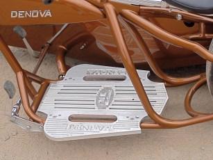 Eine Aluminiumplatte dient als kommode Fußstütze. Autopedale bedienen Kupplung und Bremse