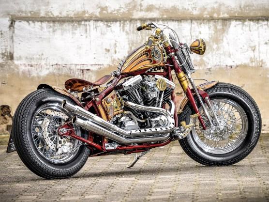 Ein Starrrahmen kam für Waldemar nicht in Frage, etwas Komfort durfte es angesichts des Zustands deutscher Straßen dann doch sein. Als Basis für seinen Umbau dient eine 1995er Harley-Davidson Softail Fat Boy