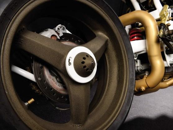 Die Suzuki-Räder wurden mit Strukturpulver in Altgold behandelt, vor allem bei Lichteinwirkung gibt das schöne Effekte. Nur putzen sollte man das nicht müssen, bei der groben Oberfläche eine echte Drecksarbeit