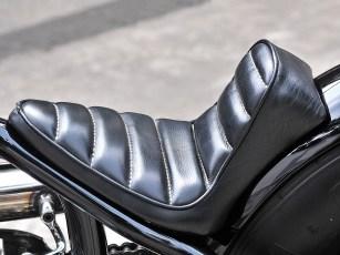 Der knappe Heckfender besteht aus Aluminium und ist, ebenso wie die Sitzpfanne mit der minimalistischen Polsterung, schwarz lackiert