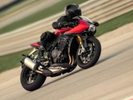 Good Anker: Die Doppel-R-Speedy setzt auf leichte, rennstreckentaugliche Brembo Stylema Monobloc-Vorderradbremssättel und leichte, schwimmend gelagerte 320-mm-Vorderradbremsscheiben. Hinten arbeiten ein Brembo Zweikolben-Bremssattel und eine 220-mm-Einzelscheibe