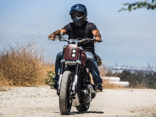 Brandon Holstein ist der schraubende Teil von The Speed Merchant, einer Firma, die 2011 von drei Freunden gegründet wurde. Die Harley- und Triumph-Teile der Manufaktur aus Long Beach haben sich ängst internationalen Ruf erarbeitet, nach wie vor fließt ein Großteil der erzielten Gewinne direkt wieder in die Entwicklung neuer Parts