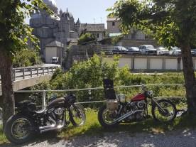 Langweilig wird's nie: Die Gegend lädt zum Nonstop-Mopedfahren ein und selbst die Pausen in hübschen alten Alpenkäffern sind reizvoll