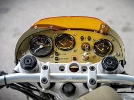 In Anlehnung an das Umbauthema hat Martin das Cockpit einem Flugzeug ähnlich gestaltet. Alle Instrumente, Kontrollleuchten und Schalter sind voll funktionstüchtig und dienen nicht nur der Optik