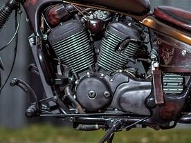 Der Motor bekam ein neues Finish mit Wrinkle-Lack, die Kühlrippen wurden anschließend geschliffen und poliert. Auch der Rahmen wurde aufgearbeitet und mit der Serienfarbe nachlackiert