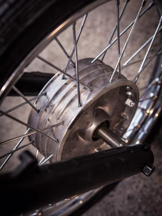 Bremsen wird überbewertet, sagen die Jungs vom Kombinat. Deshalb gibt's am Vorderrad auch keine