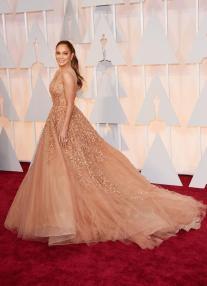 """Jennifer Lopez llevó un vestido Elie Saab Haute Couture en nude. El vestido precioso, le quedaba muy bien, pero estoy un poco cansada de verle siempre tanto """"escote"""". El peinado no fue mi favorito y si bien me encantó como maquillaron sus ojos no me convenció el rosa que eligieron para sus labios. Un rosa más cálido le habría quedado mucho mejor y el look habría sido más armonioso!"""