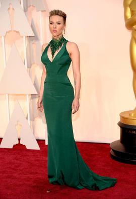 Scarlett Johansson no defraudó! Vestida en un Versace verde que le marcaba cada curva a la perfección y un collar a tono marcando aún más el escote!. Un 10!!!!!!!