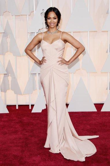 Zoe Saldana lució un Atelier Versace a medida en un rosa pálido que destacó sus curvas