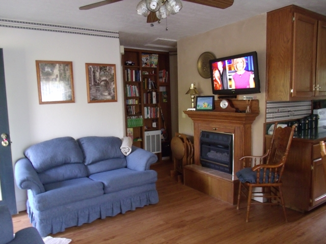 Enjoy the Cable on the HDTV in this Beaver Lake Arkansas Cabin, while relaxing in your comfortable living room.