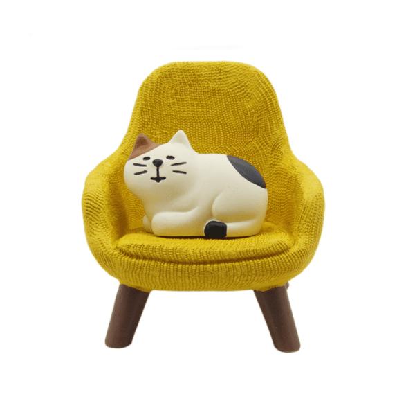 Slapend kattenbeeldje kat op stoel