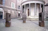 «Iru Burni», obra de Eduardo Chillida, ante el templete San Pietro in Montoro de Bramante, en la Academia Española de Roma