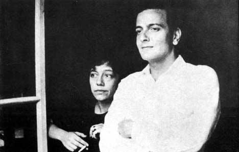 Fotografía en blanco y negro de Alejandra Pizarnik junto a un hombre