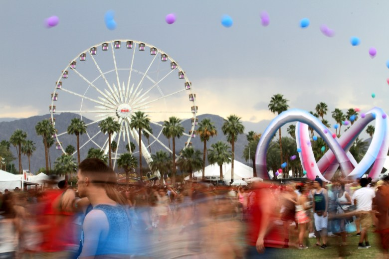 images/Coachella 2014 Weekend 2 Day 1/the-crowd-and-the-overcast-sky_13940289654_o